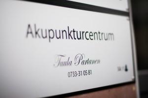 """Bild på en skylt där det står """"Akupunkturcentrum"""", """"Tuula Partanen"""" och """"0733-31 05 81"""""""