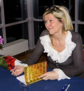 """Bild på Tuula som signerar boken """"Andarnas Rike"""""""